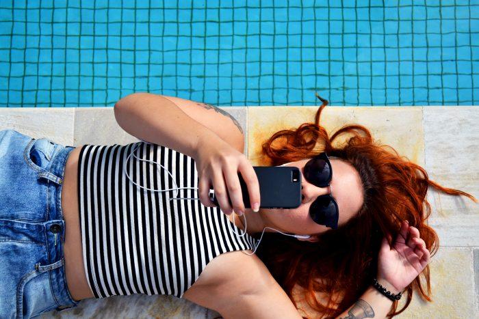 Mujer usando su telefono mobil