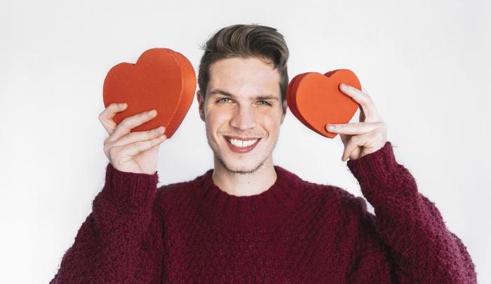 Hombre enamorado en silencio. Hombre con corazones. Guapo con corazones